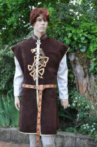 Tabard en cuir marron, avec dragon celtique